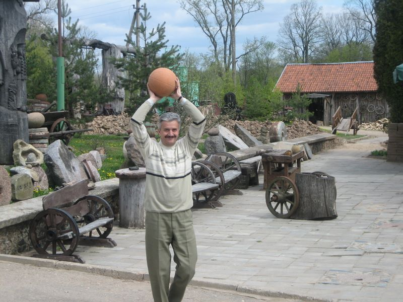 Play basketball with Rostyslav Shpakovich (Ukraine)