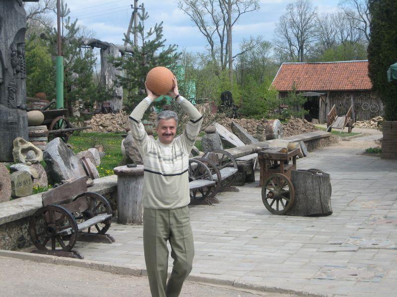 Play basketball with Rostyslav Shpakovich (Ukraine)